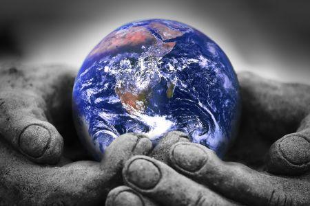 Wereldbol in je handen is als in verbinding met jezelf