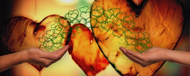 Handen geven elkaar onvoorwaardelijke liefde. Voorwaardelijk geven en nemen.