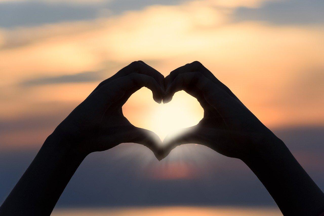 handen in de vorm van een hart. Onvoorwaardelijke liefde voor jezelf
